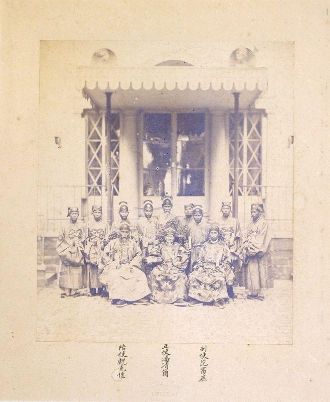 adolphe-eugene-disderi-mandarins-ayant-participe-au-traite-de-paixdelegation-a-paris-en-1863.jpg
